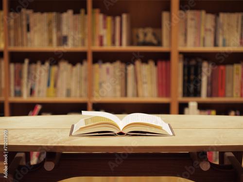 本棚と開いた本 Canvas Print