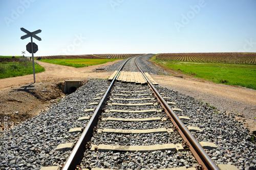 Fotografía  Paso a nivel sin barrera, ferrocarril, camino rural