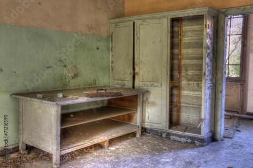 Fotografia, Obraz  armoire et bureau établi abandonnés