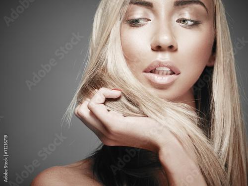 Obraz na plátně  Krásná žena s dlouhými rovnými světlými vlasy. Modelka pos