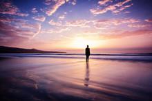 Frau Steht Still Am Strand Im Wasser