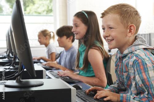 Zdjęcie XXL Grupa dzieci w wieku szkolnym w klasie komputerowej