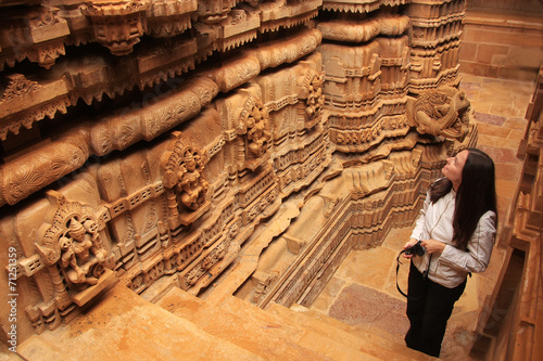 Photo  Young woman admiring interior of Jain temple, Jaisalmer, Rajasth