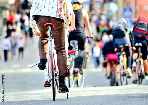 Deurstickers Fiets Bikes in traffic, diversified crowd