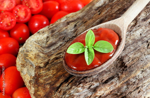 Fotografía  Salsa di pomodoro Do Cucchiaio di legno rustico