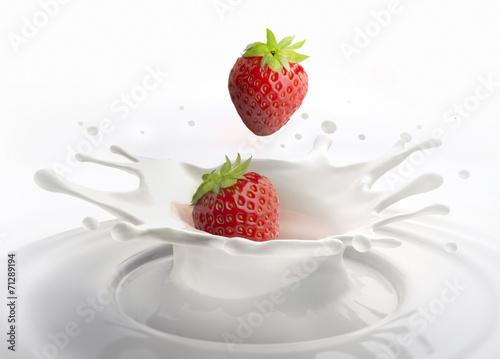 Foto op Aluminium Milkshake 2 Erdbeeren und Milch