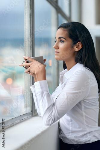 Photo  businesswoman drinking cofffee
