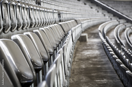 La pose en embrasure Stade de football some rows of gray stadium seats, shoot from the side
