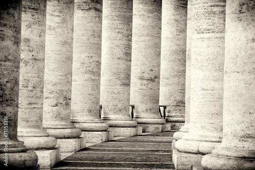 kolumnada-w-rzymie-czarno-biale-miasto-watykan