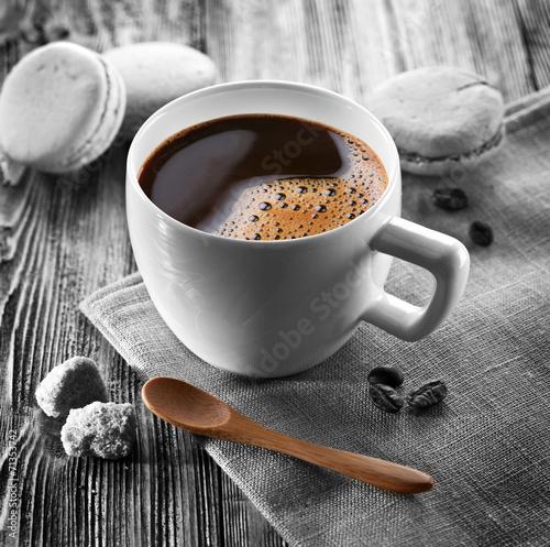 filizanka-kawy-i-francuskie-makaroniki