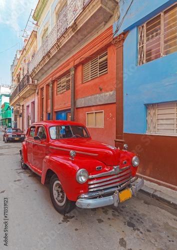 retro-czerwony-samochod-na-ulicy-starego-miasta-hawana-kuba