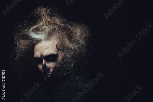 Foto  Portrait des Mannes mit Halloween-Schädel Make-up