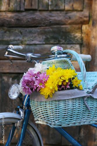 La pose en embrasure Velo Old bicycle with flowers in metal basket