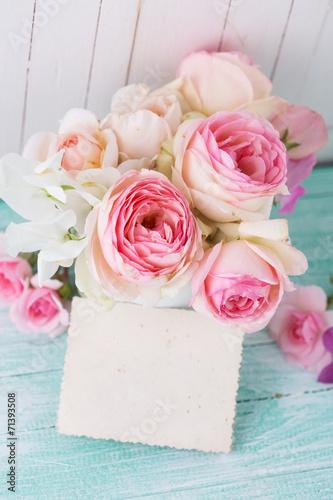pocztowka-z-eleganckimi-kwiatami-i-pusta-etykietka