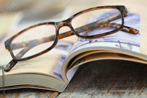Pinturas sobre lienzo  Reading glasses on open book