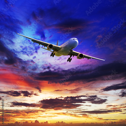 Photo  Jet plane in a spectacular sunset sky