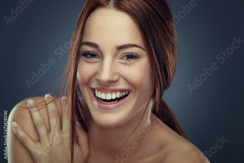 Fotografia  Cheerful young woman beauty portrait