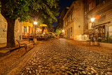 Szeroka uliczka nocą