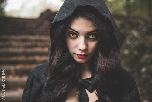 Photo  beautiful dark vampire woman with black mantle and hood