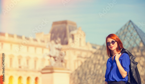 Photographie  Redhead women near pyramid in Louver, Paris