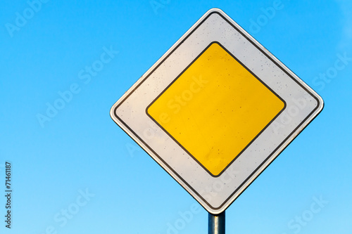 Fotografía  Main road yellow roadsign above clear blue sky background
