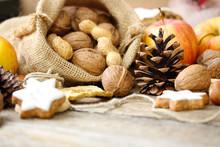 Kiefernzapfen Und Nüsse