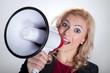 Junge Geschäftsfrau mit Megafon verkündet Neuheiten