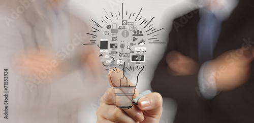 Fotografía  hand drawing creative business strategy with light bulb as conce