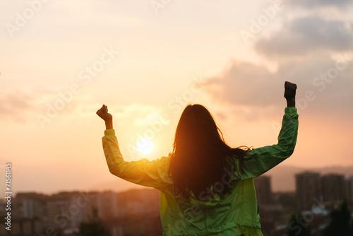 Szczęśliwa kobieta świętuje sukces stylu życia sport i fitness