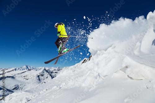 Fotografía  Alpine skier jumping from hill