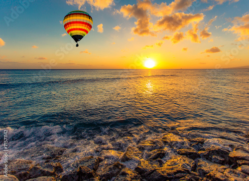 Poster Montgolfière / Dirigeable Hot air balloon over the sea at sunset