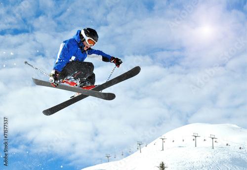 mlody-narciarz-skaczacy-na-stoku