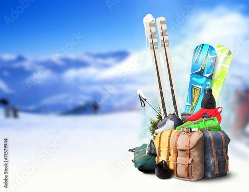 zimowa-podroz-narty-i-deski-snowboardowe-przygotowane-na-wyjazd