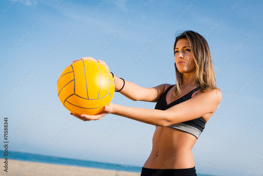 Belle plage de volley-ball joueuse servant balle. Poster