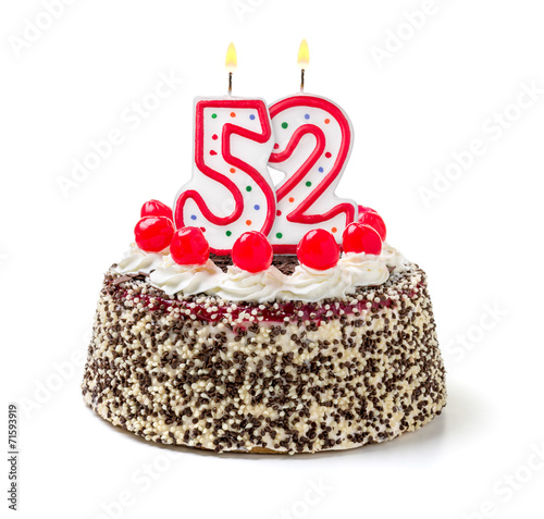 Fotografia  Geburtstagstorte mit brennender Kerze Nummer 52