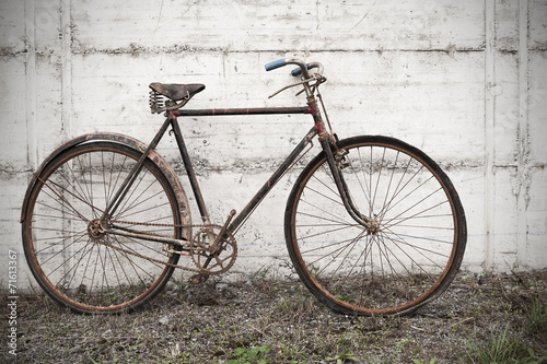 In de dag Fiets Antique or retro oxidized bicycle outside on a concrete wall