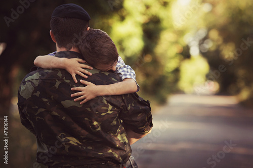 Fotografía  Woman and soldier in a military uniform say goodbye