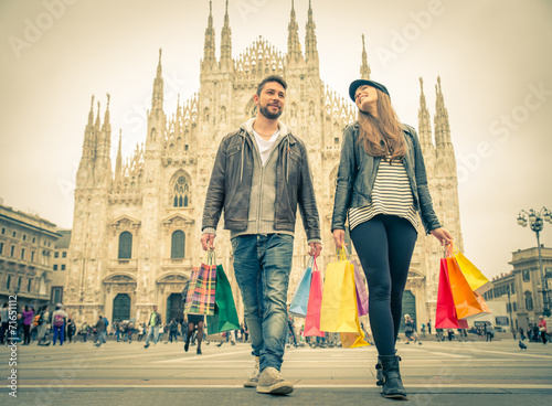 Keuken foto achterwand Milan Couple shopping in Milan
