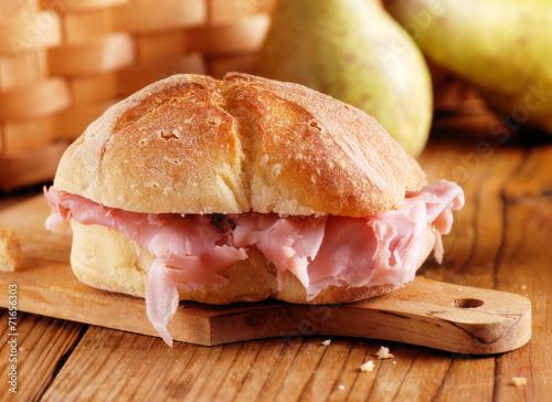 Leinwand Poster Sandwich mit gekochtem Schinken auf hölzernem Schneidebrett