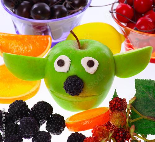 Fotografie, Obraz Apfel - Yoda mit Deko-Früchten