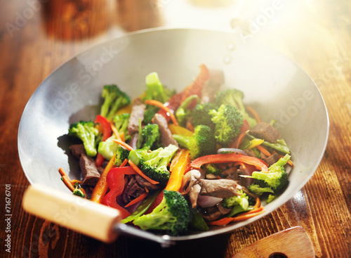 Photo  chinese stir fry in wok with beef and vegetables