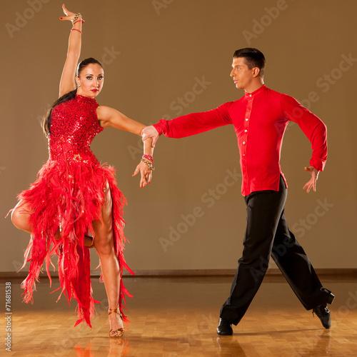 fototapeta na szkło latino taniec para w akcji - dziki taniec samba