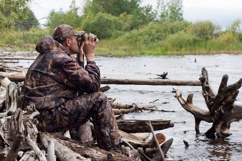 Foto op Aluminium Jacht sitting hunter with binoculars
