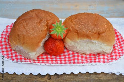 Deurstickers Bakkerij Witte bolletjes brood met aardbeien