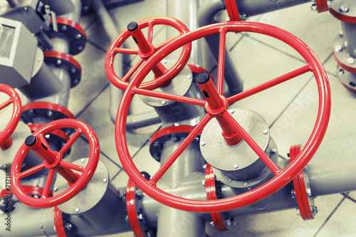 Photo  Red industrial valves on modern pipeline system
