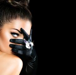 Tajemnicza kobieta w stylu Vintage, ubrana w czarne rękawiczki