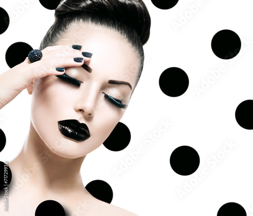Foto auf Leinwand Fashion Lips Vogue Style Model Girl. Trendy Caviar Black Manicure