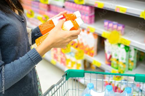 Fotografía  Chica comparar en supermercado