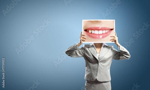 Fotografia  Woman showing photo