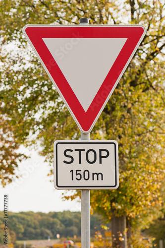 Fotografija  Verkehrsschild - Vorfahrt gewähren - Stop in 150 m
